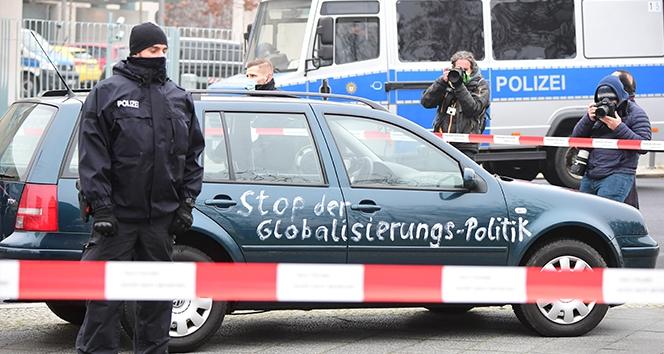 Almanya Başbakanlık ofisi önünde politik amaçlı kaza
