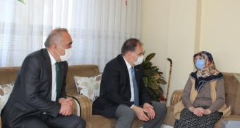 104 yaşındaki Ayşe nineye yeni kimlik kartı evinde teslim edildi