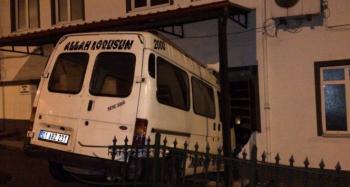 Alkollü sürücü minibüsle camiye girdi