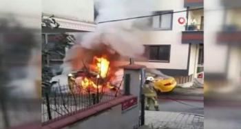 Araçlar alev aldı, evin camları patladı