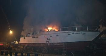 Balıkçı barınağındaki ticari yat alev alev yandı