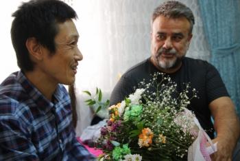 Bülent Serttaş, Elazığlı ailenin evinde misafir ettiği Japon turisti ziyaret etti