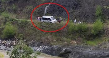 Dereye devrilmekte olan minibüsü böyle kurtardılar!