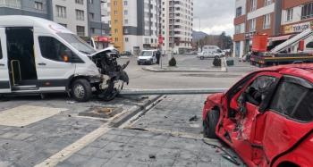 Diyaliz hastalarını taşıyan minibüs ile otomobil çarpıştı: 3 yaralı