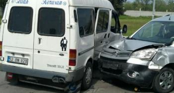 Hafif ticari araç ile minibüs çarpıştı: 3 yaralı