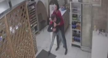 Hırsız ile işyeri sahibi arasında yaşanan arbede anları kameraya yansıdı