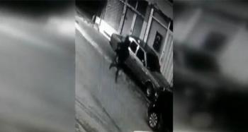Hırsızlık yaparken ev sahibine yakalanan şüphelilerin kaçma anı kamerada