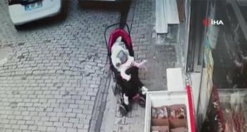 İçinde bebek bulunan araba yola düştü, o anlar kameraya yansıdı