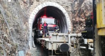 İtfaiye aracı tüneldeki yangına vagonla demiryolundan ulaştı
