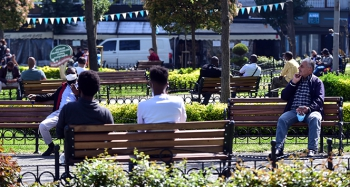 Kısıtlamaya uymayanlar parkları doldurdu