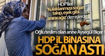 Oğlu teslim olan anne Ayşegül Biçer, HDP il binasına soğan astı