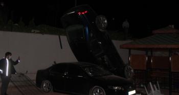 Otoparka düşen otomobil dik durdu