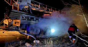 Seyir halindeki sondaj kamyonun lastikleri yandı