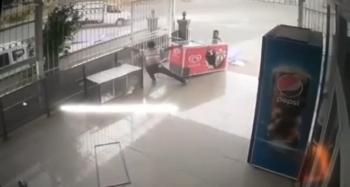Şiddetli rüzgar dondurma dolabını sürükledi