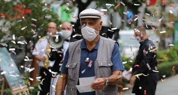 Sokakta maskesini doğru takanları tiyatro bileti ile ödüllendirdiler