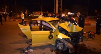 Ticari taksi aydınlatma direğine çarptı araçta sıkışan sürücü feci şekilde can verdi