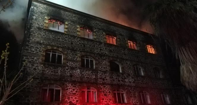 4 katlı tarihi binada yangın