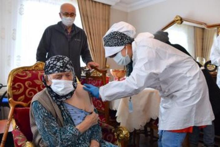 Ankara´da 116 yaşındaki iki kişiye aşı evlerinde yapıldı