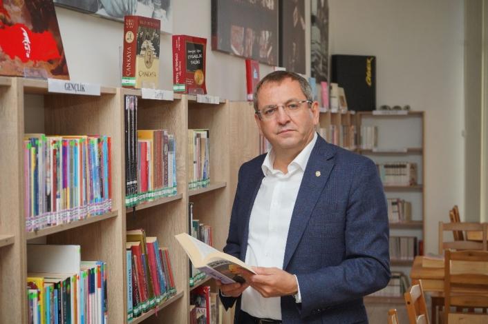 Ayvalık´ta 7 bin 500 kitaplı bilgi hazinesi