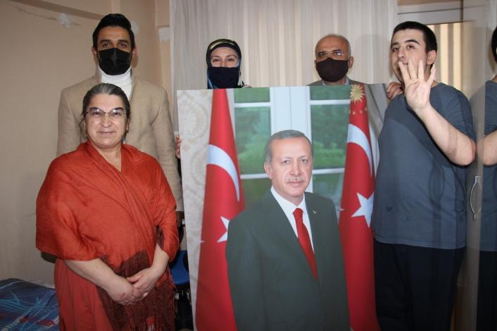 Cumhurbaşkanı Erdoğan hayranı otizmli gence Erdoğan portresi hediye edildi