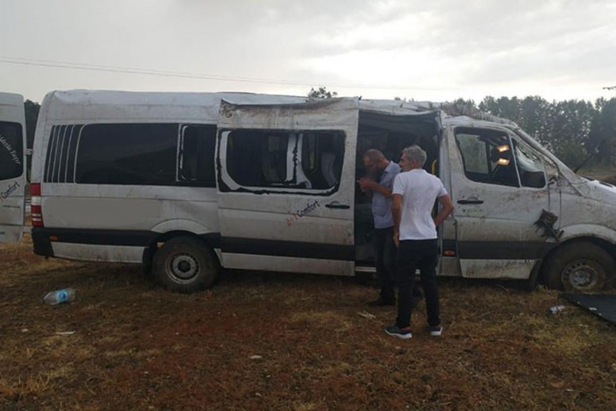 Edirne'de yağışlı havada midibüs yoldan çıktı: 8 yaralı