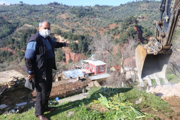 Efeler Belediyesi düşme tehlikesi bulunan kayayı yerinden kaldırdı