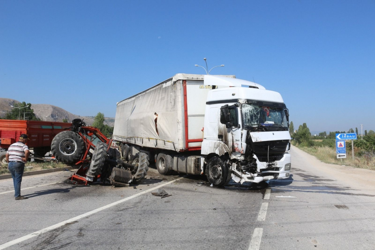 İkiye bölünen traktörden yaralı kurtuldu