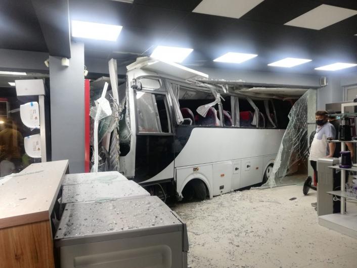 İzmir´de işçi servisi mobilya mağazasına daldı: 12 yaralı