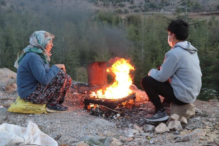 Karayolu kenarında çadırda yaşam mücadelesi veren aile yardım bekliyor