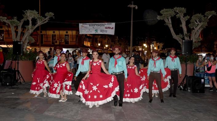 Kuşadası´nda Meksika Halk Dansları rüzgarı esti