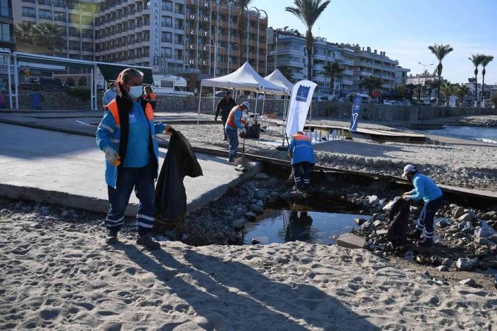 Kuşadası´nda sahilden 75 kilogram atık toplandı