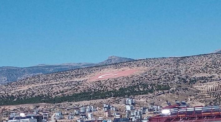 Mersin´deki Dev Türk Bayrağı ilgisizlikten soldu
