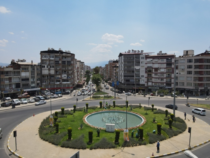 Nazilli Belediyesi kavşak ve refüjleri bakıma aldı