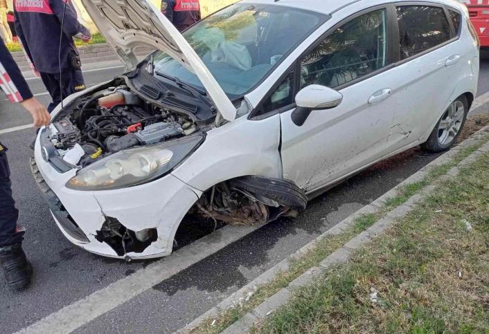 Otomobil refüje çarptı