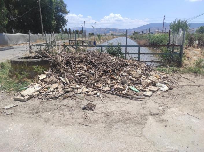 Sulama kanalındaki çöpler çıkarıldı, yol kenarına bırakıldı