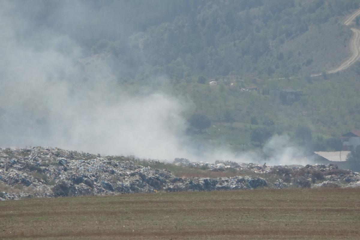 Tarihi ilçede çöp yangını söndürme çalışmaları devam ediyor